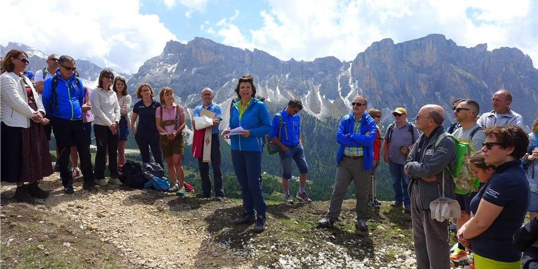 L'assessora Hochgruber Kuenzer ha sottolineato l'unicità e la bellezza del panorama  del territorio montano che ospita il balcone. @Foto: Fondazione Dolomiti UNESCO