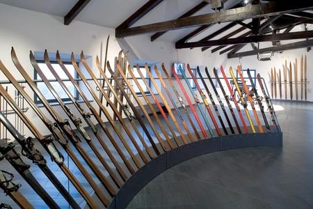 Area espositiva - primo piano - sezione 4. Raggiera con l'evoluzione delle tipologie di sci, dalla fine dell'Ottocento agli anni Duemila, 2005