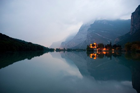 Valle dei Laghi, lago di Toblino e castello al tramonto