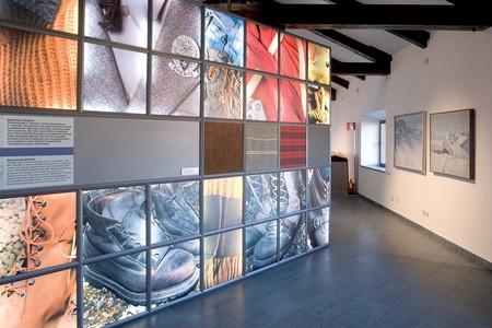 Area espositiva - primo piano - sezione 6. Grande pannello con l'evoluzione storica dei tessuti, 2005.